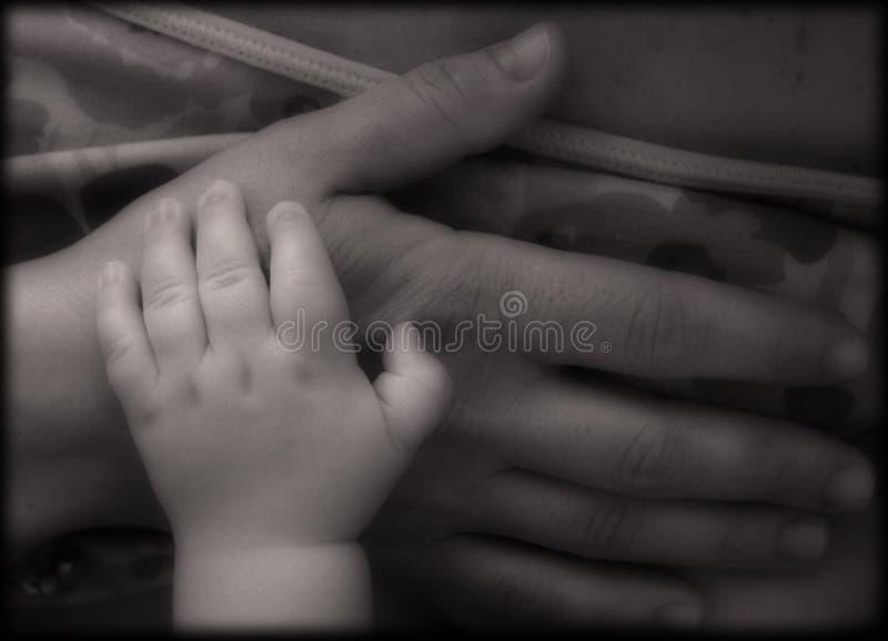 Hände der Mutter und des Schätzchens lizenzfreie stockfotos