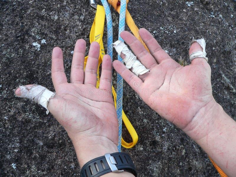 Hände des Bergsteigers lizenzfreie stockbilder