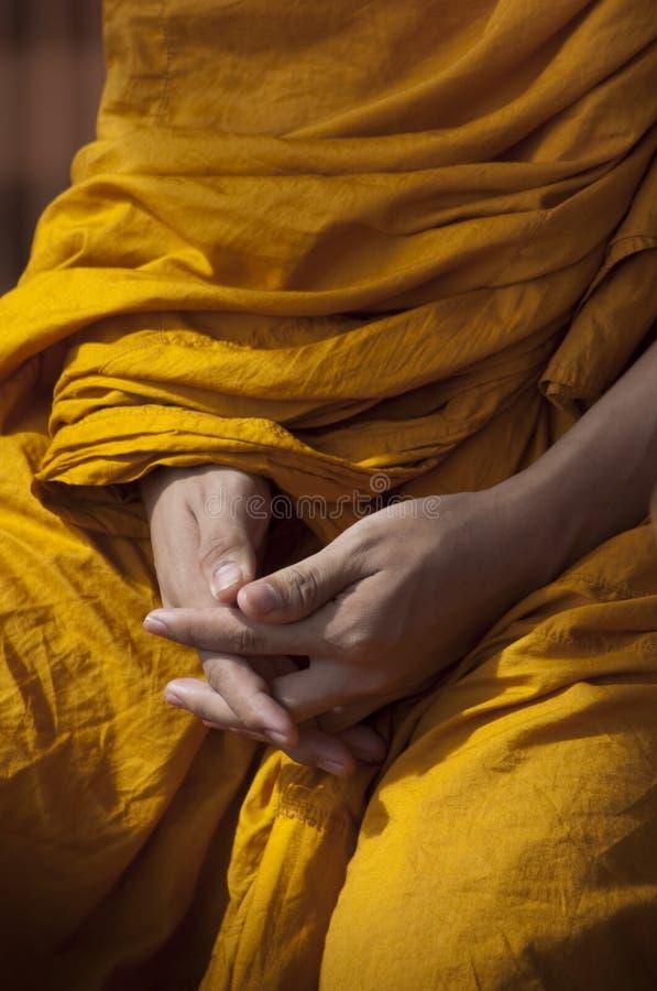 Hände des buddhistischen Mönchs stockfotografie