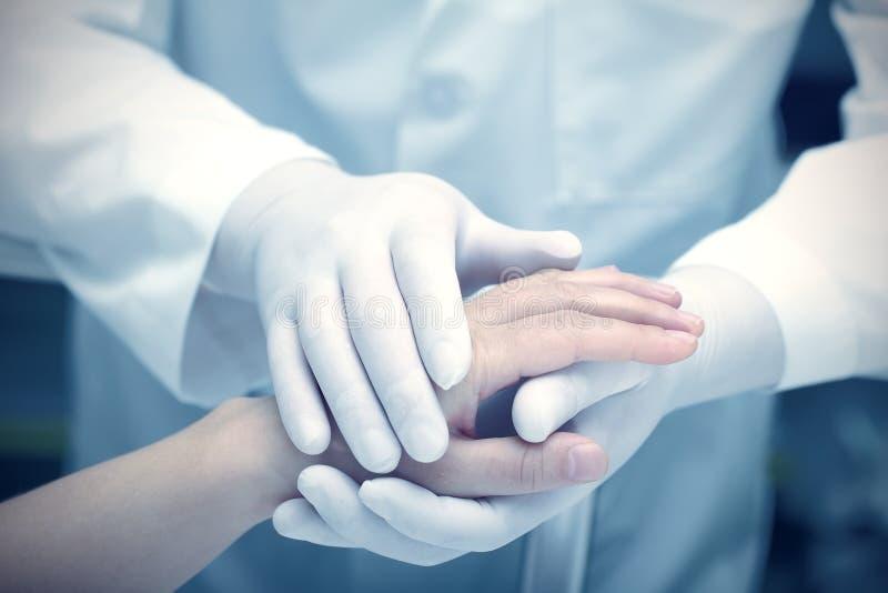 Hände des Doktors und des Patienten stockbild