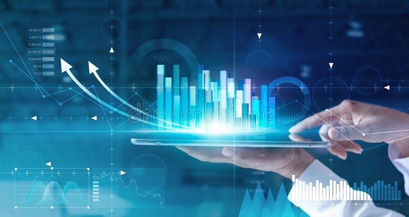 Hände des Geschäftsmannes der Verkaufsdaten und des Wirtschaftswachstumsdiagramms auf Tablette und Hologrammschirm analysierend D stockbild