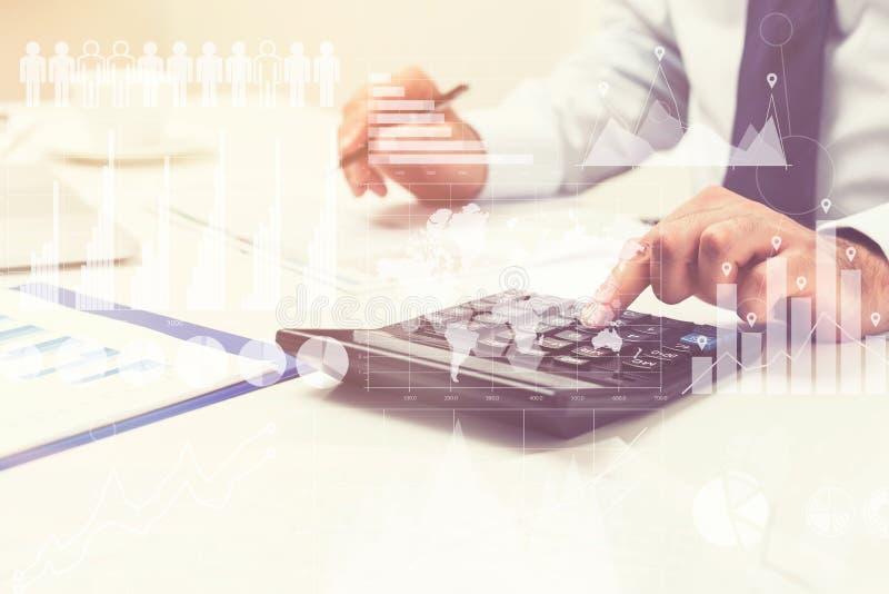 Hände des Geschäftsmannes s auf seiner Tabelle, Statistiken lizenzfreies stockfoto