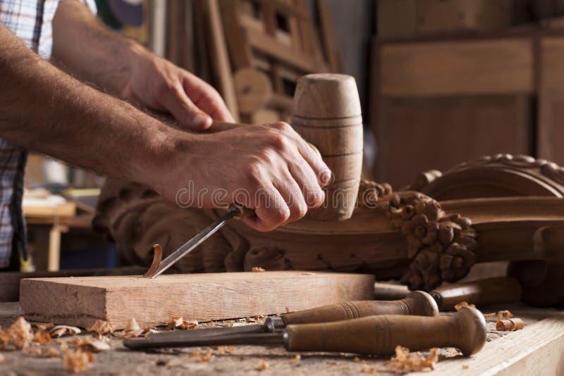 Hände des Handwerkers schnitzen mit einem Hohlmeißel lizenzfreies stockfoto