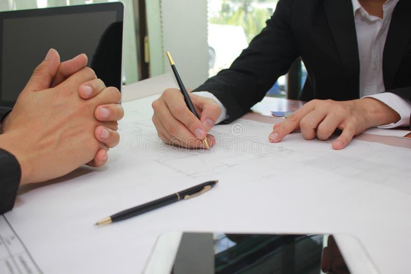 Hände des Ingenieurs arbeitend an Plan im Büro, Geschäftsunternehmensleutearbeitskonzept stockfotografie