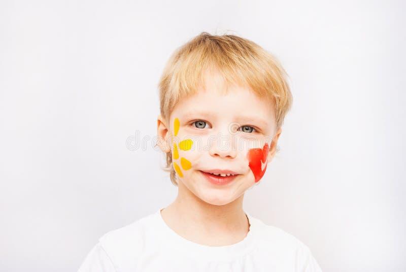 Hände Des Kleinen Jungen Gemalt In Den Bunten Farben Stockfoto ...