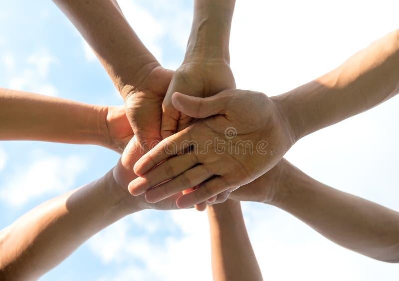 Hände des Leuteteamabschlusses oben stockbilder