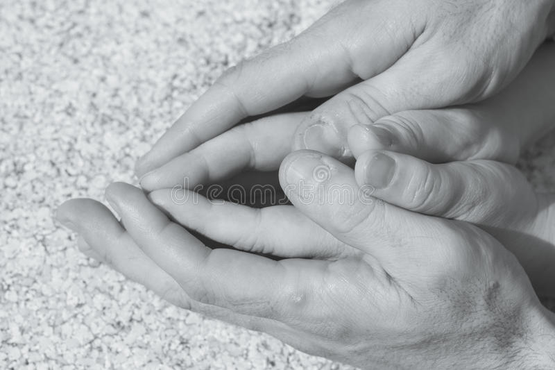 Hände des Mannes und der Frau verflochten stockbilder