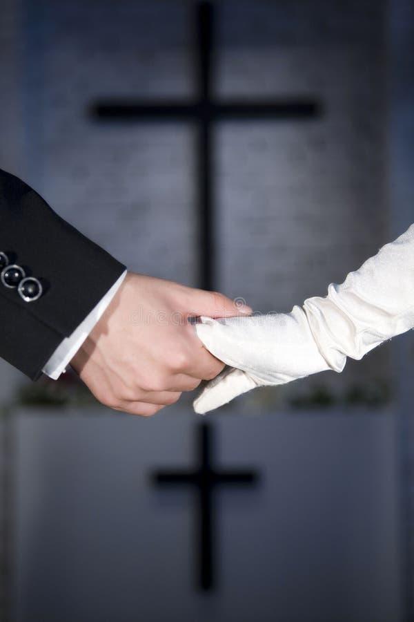 Hände des Paares der chinesischen Hochzeit stockfotografie