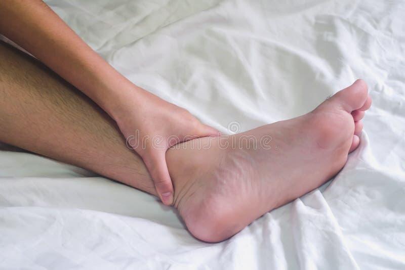 Hände des Paarliebhabersexs auf dem Bett, Konzept über Liebe, Sex stockfoto