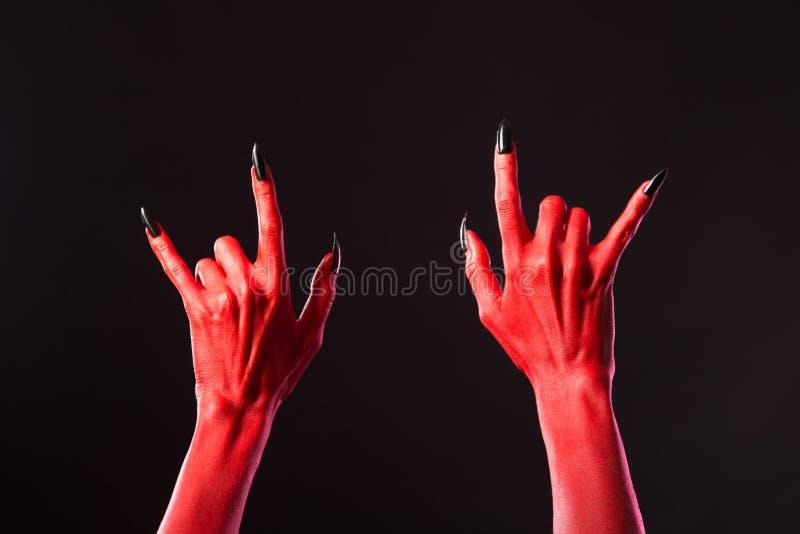 Hände des roten Teufels, die Schwermetall zeigen lizenzfreie stockfotografie