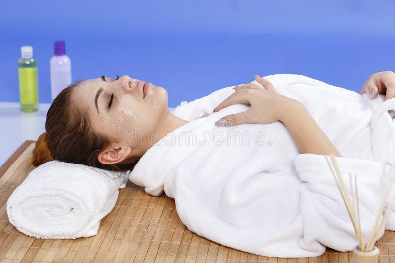 Hände des Therapeuten tragen Creme am Gesicht der Frau auf Konzept von Sorgfalt lizenzfreie stockbilder