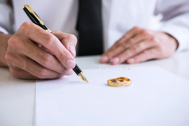 Hände des unterzeichnenden Auflösung oder cance Scheidungsurteil des Ehemanns stockbilder