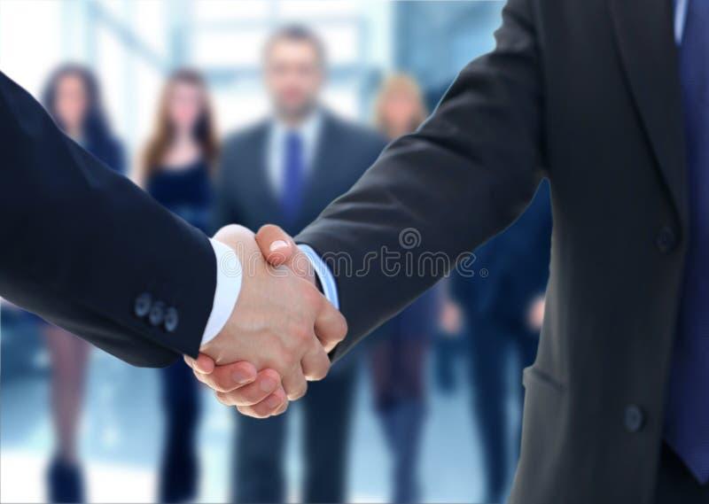 Hände des weißen Mannes und der Frau