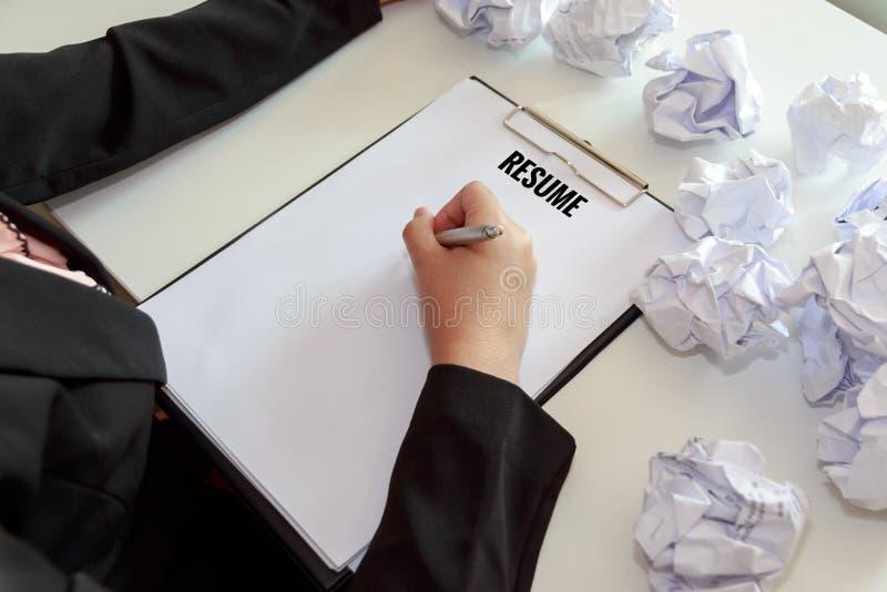 Hände des weiblichen Schreibens nehmen mit zerknittern Blätter Papier an wieder auf stockfotografie