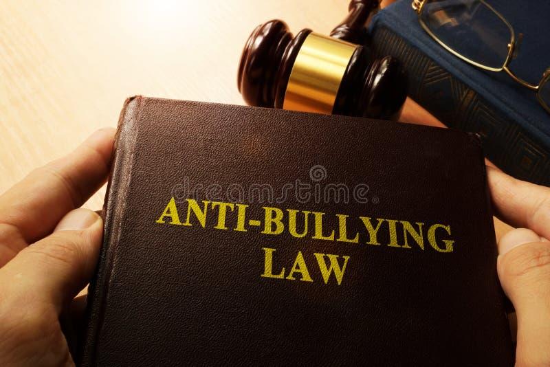 Hände, die Anti-Einschüchterungsgesetz halten lizenzfreie stockfotografie