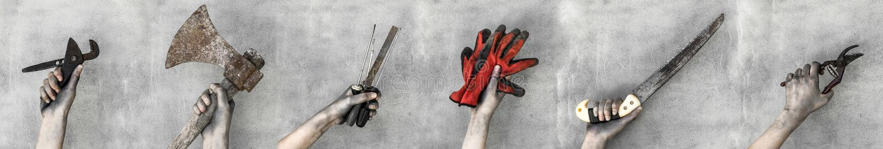 Hände, die Arbeitsgeräte lokalisiert auf grauem Hintergrund halten lizenzfreies stockbild