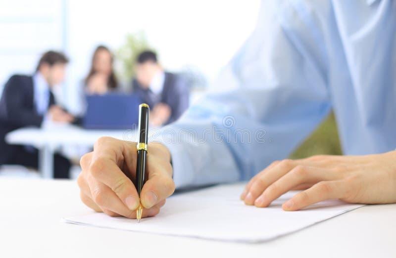 Hände, die auf ein Papier schreiben lizenzfreie stockfotos
