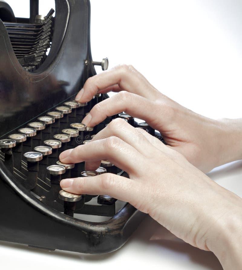 Hände, die auf einer Schreibmaschine der alten Art schreiben. stockbilder