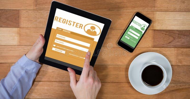 Hände, die auf Standort unter Verwendung der digitalen Tablette durch intelligentes Telefon und Kaffeetasse registrieren lizenzfreie stockfotos
