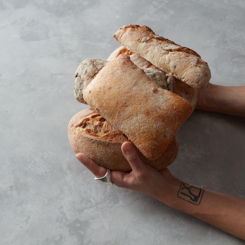 Hände, die Brot halten stockbild
