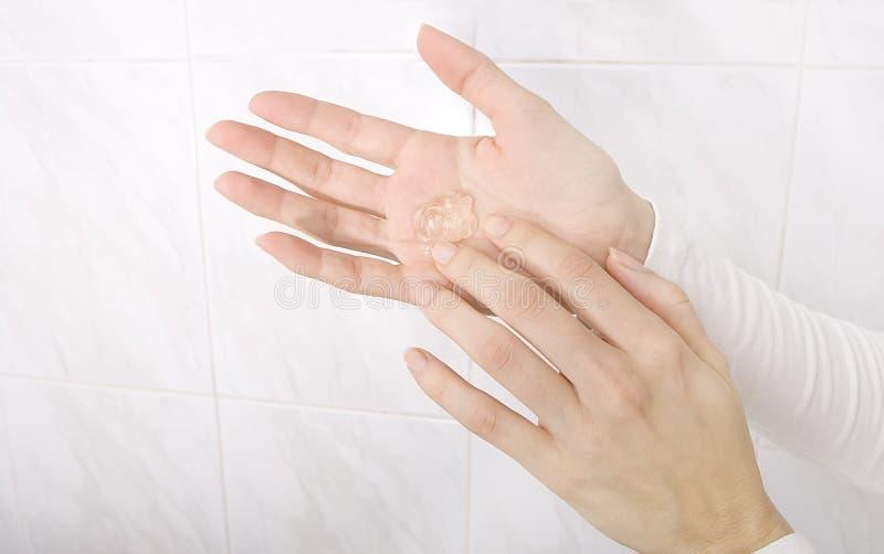 Hände, die Desinfizierergel anwenden lizenzfreie stockbilder