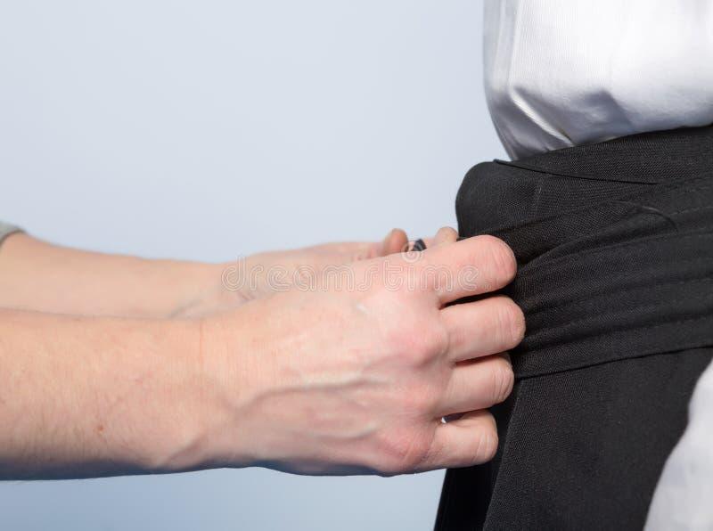 Hände, die ein hakama binden stockfotografie