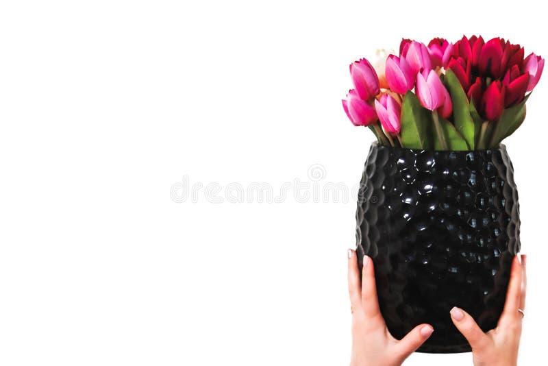 Hände, die einen Blumenstrauß von Blumen in einem Vase halten lizenzfreie stockfotografie