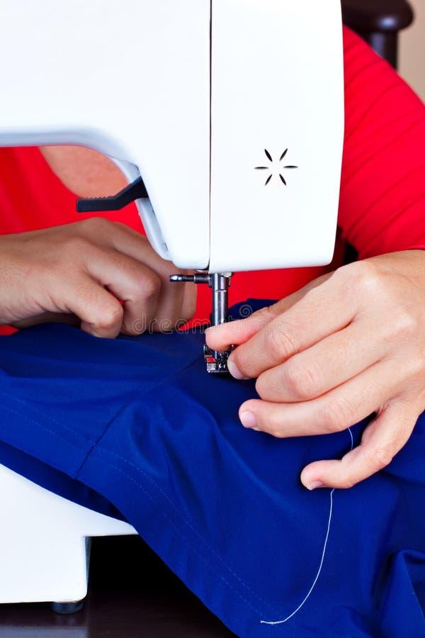Hände, die an einer Nähmaschine arbeiten lizenzfreies stockfoto