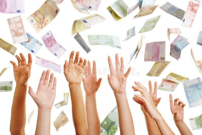 Hände, die für das Fliegen des Eurogeldes erreichen stockfotografie