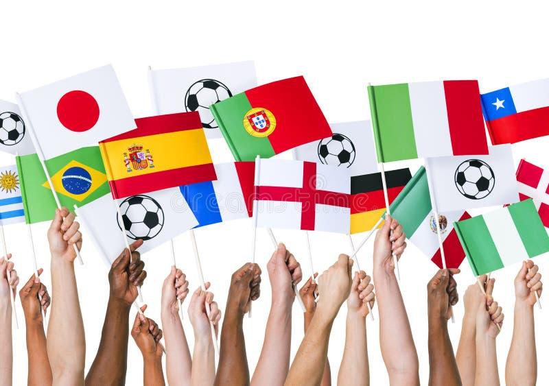 Hände, die Flagge für Fußball-Unterstützung halten lizenzfreie stockfotos