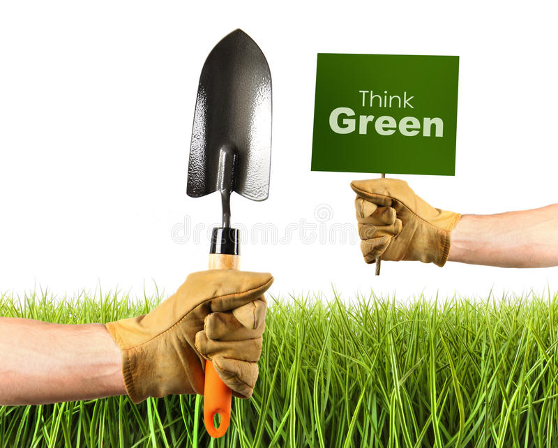 Hände, die Gartentrowel und -zeichen anhalten lizenzfreie stockfotos