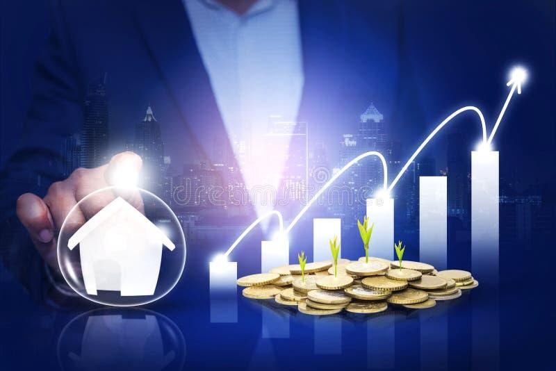 Hände, die Geschäft und Wertpapieranlage als Immobilieninvestition, Sachwertfonds, Finanzkonzept schützen Die wachsende Münzenmin stockfoto
