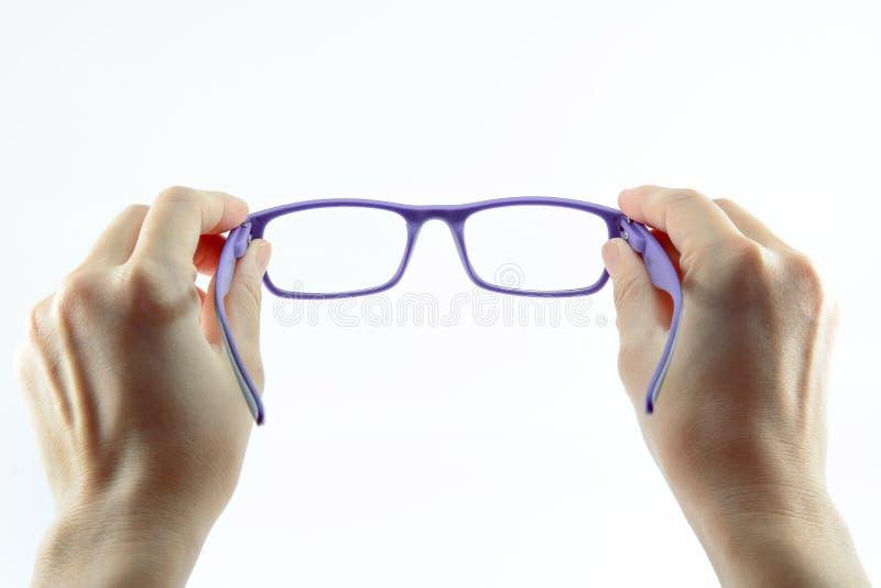 Hände, die Gläser anhalten lizenzfreie stockfotografie