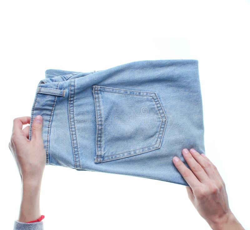Hände, die Jeans falten stockbild