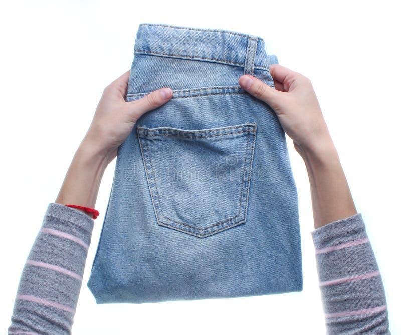 Hände, die Jeans falten stockfoto