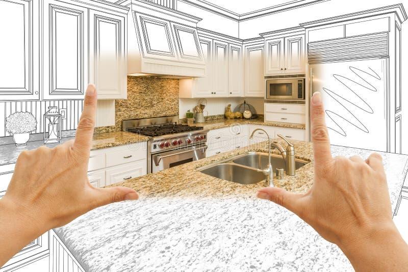 Hände, die kundenspezifische Küchen-Konstruktionszeichnung und Quadrat-Foto-COM gestalten lizenzfreie stockbilder