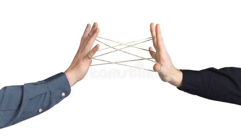 Hände, die mit dem Seil, Anschlussfähigkeit symbolisierend, Freundschaft, starke Bindungen spielen stockfotografie