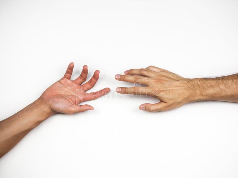 Hände, die miteinander auf weißem Hintergrund erreichen stockfotos