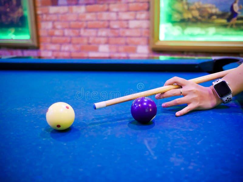 Hände, die oben weißen Ball zu geschossenem Abschluss zielen lizenzfreie stockbilder