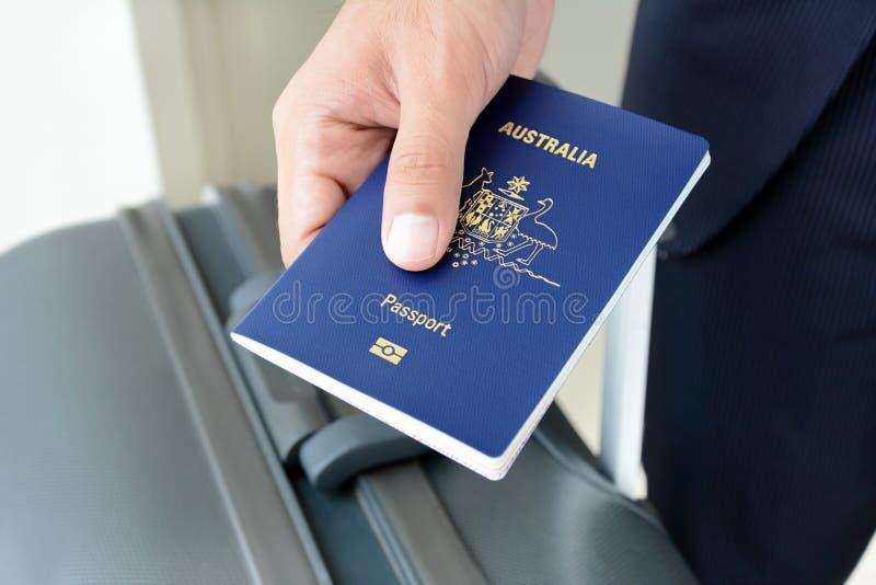 Hände, die Pass geben lizenzfreie stockfotos