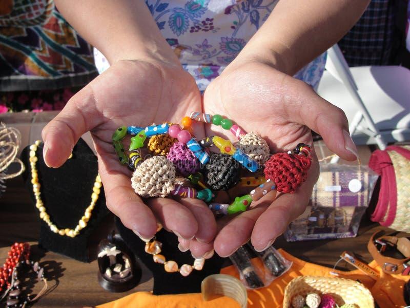 Hände, die perlenbesetzten Schmuck halten lizenzfreie stockfotografie