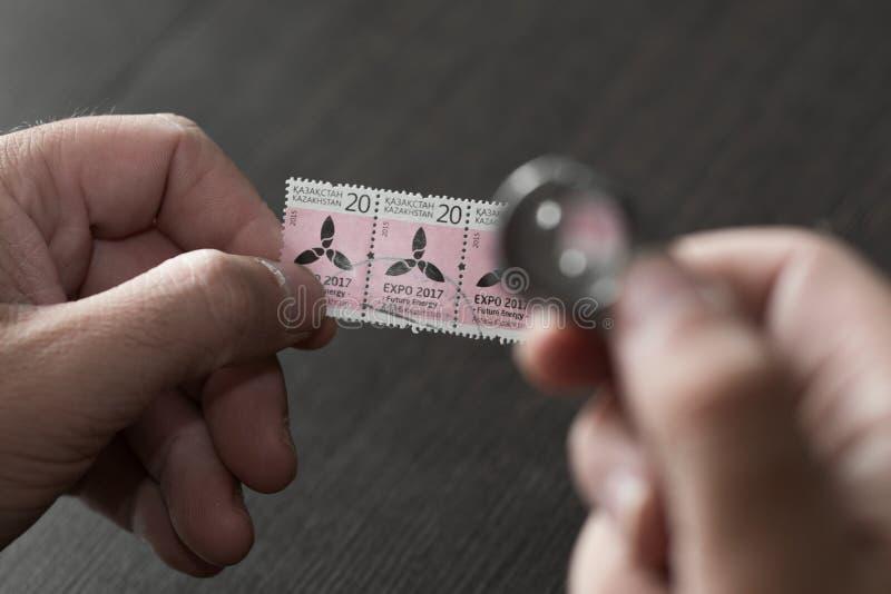 Hände, die Poststempel halten lizenzfreie stockbilder