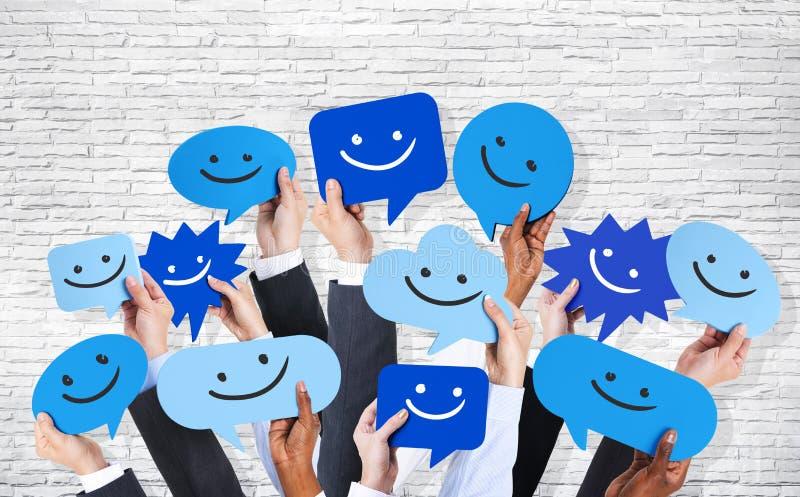 Hände, die Smiley Faces Icons halten vektor abbildung