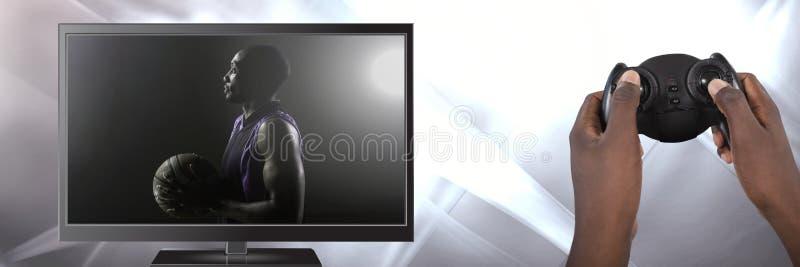 Hände, die Spielprüfer mit Basketball im Fernsehen halten lizenzfreies stockbild