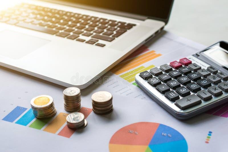 Hände, die Stapel der Münzen schützen Finanzgeschäftsdiagramm mit Laptop und Taschenrechner lizenzfreie stockbilder