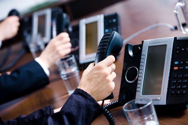 Hände, die Telefone anhalten stockfoto