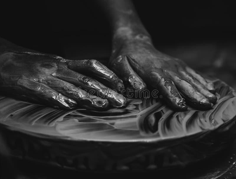 Hände, die an Tonwarenrad arbeiten lizenzfreie stockfotos