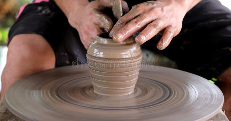Hände, die an Tonwarenrad arbeiten lizenzfreies stockfoto