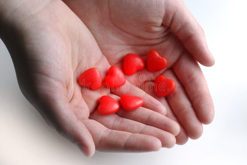 Hände, die Valentine Candy halten stockfotografie