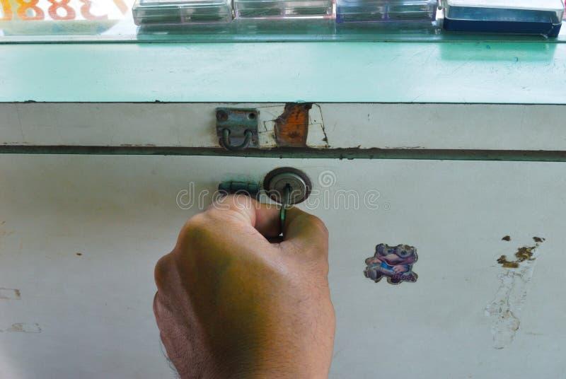 Hände, die verstopft werden stockbilder